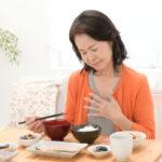 【胃のムカムカや不快を感じたら】自宅で簡単!胸やけを解消するツボなど10個紹介