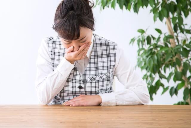 胸やけは「逆流性食道炎」が原因?セルフチェックで簡単診断!症状や改善方法も紹介