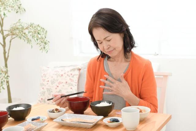「胸焼け」の対処方法!胃酸の逆流が胸焼けの原因です!NG行動も紹介