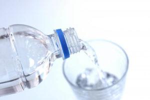 【しゃっくりの止め方】冷水を一気に飲む