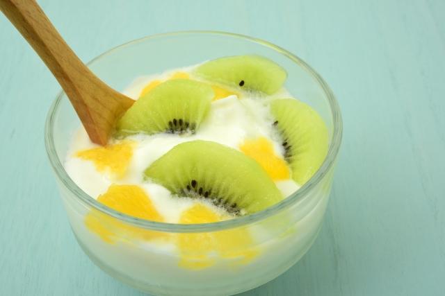 夏バテ解消の食べ物がたくさん入った果物のヨーグルト和え
