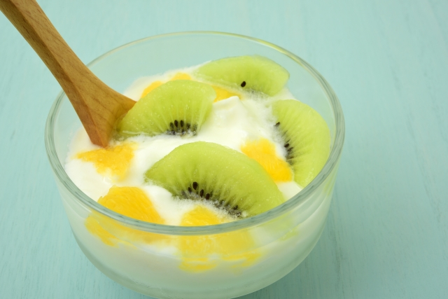 夏バテ解消に効果的な果物のヨーグルト和えのレシピをご紹介