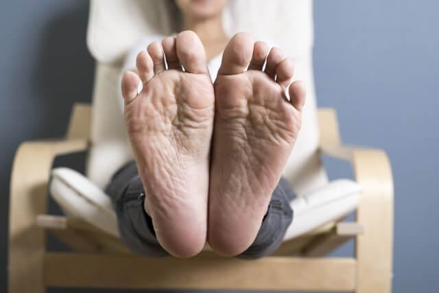 仕事終わりに足が臭い!?足の臭いが気になって脱げない時の対処方法