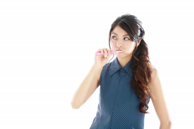 【口臭の原因】口の臭いが気になり始めたら対策!口臭ケアは大人のマナー