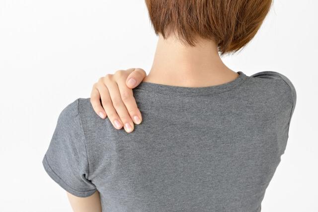 【首が痛い】寝違えが原因の時の対処方法と予防方法