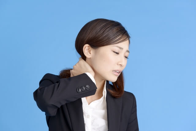 首が痛いなら3つの原因が考えられる!首が痛い時の対処方法と予防方法
