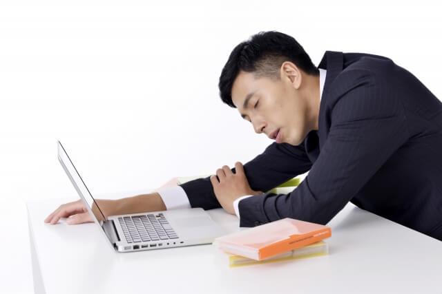 「食後」と「眠気」の関係性は?食後に眠気がくる原因や予防方法を解説