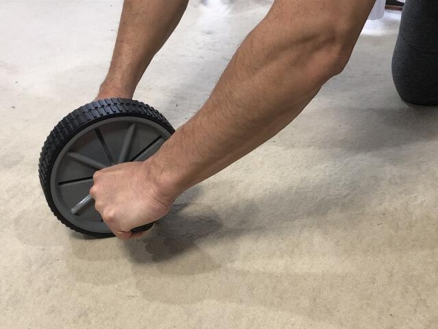 【初心者】腹筋ローラーで自宅でもキレイなシックスパックが作れる!効果的な使い方を徹底解説